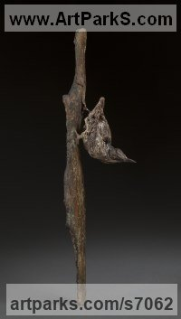 Bronze Small bird sculpture by Ans Zondag titled: 'Nuthatch (life size Small Wild Bird Indoor Inside statuette statue)'